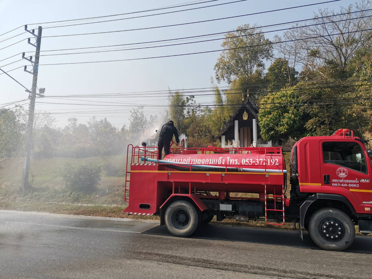 งานป้องกันและบรรเทาสาธารณภัย เทศบาลตำบลจอมแจ้ง ได้นำรถน้ำออกพ่นละอองน้ำ ในถนนสายต่างๆ ในเขตเทศบาลตำบลจอมแจ้ง เพื่อลดและบรรเทาปริมาณหมอกควัน PM2.5