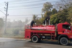 รูปภาพ : งานป้องกันและบรรเทาสาธารณภัย เทศบาลตำบลจอมแจ้ง ได้นำรถน้ำออกพ่นละอองน้ำ ในถนนสายต่างๆ ในเขตเทศบาลตำบลจอมแจ้ง เพื่อลดและบรรเทาปริมาณหมอกควัน PM2.5