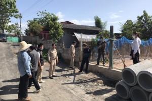 รูปภาพ : นายกเทศมนตรีตำบลจอมแจ้ง  ลงพื้นที่พบปะประชาชนและให้กำลังใจในการวางท่อระบายน้ำ คสล. ซอยบ้านนายนิกร หมู่ที่ 10 บ้านทุ่งสีทอง ตำบลขี้เหล็ก อำเภอแม่แตง จังหวัดเชียงใหม่